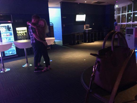 ホテルのバーでラブダンス